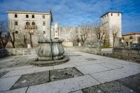 U_središtu_glavnog_se_nalazi_gradska_šterna_cisterna_u_klesanom_kamenu,_sagrađena_1808_godine_od_priloga_puka